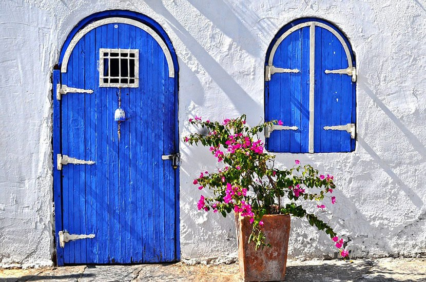 Врата с пролетни цветя